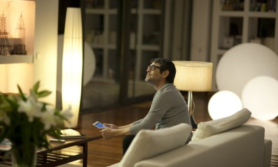 Mann im Wohnzimmer mit iPad