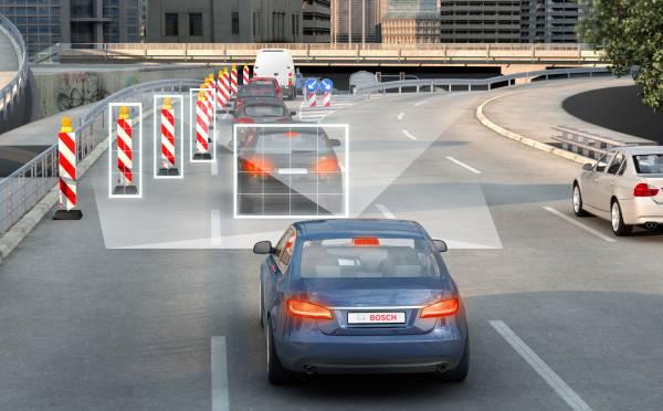 Fußgängerschutz: Stockender Verkehr an der Baustelle, Verkehrszeichen, einscherender Verkehr – die neue Stereo-Videokamera von Bosch erfasst einen weiten Bereich vor dem Fahrzeug und liefert Assistenzfunktionen alle erforderlichen Daten.