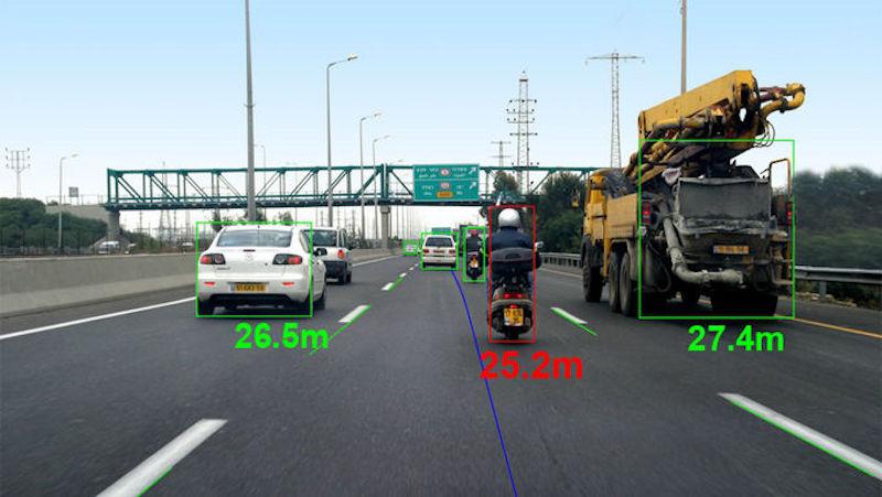 Das sensible Kamerasystem von Mobileye erfasst LKW, PKW und Zweiräder.