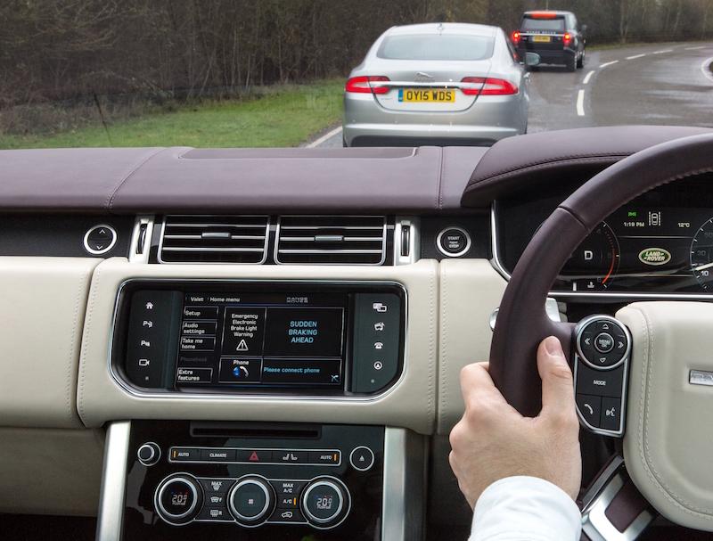 Jaguar Land Rover testet auf der Strecke den Versand von Warnhinweisen von Fahrzeug zur Fahrzeug