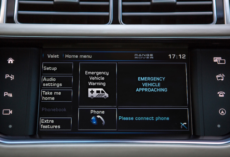 Im Testfahrzeug werden Meldungen über aktuelle Gefahren live auf das Display gesendet.