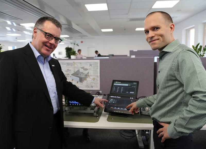 Entwicklungszentrum in Schweden: Bosch Geschäftsführer Dr. Dirk Hoheise mit einem Mitarbeiter.