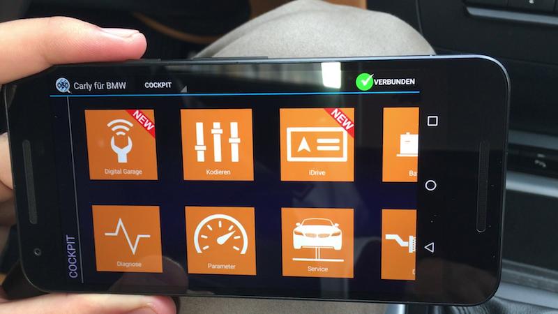 Auf dem Smartphone zeigt die Carly App alle relevanten Funktionen an.