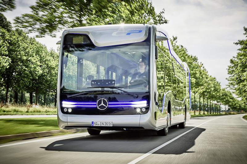 Im Mercedes-Benz Future Bus ist der Fahrer noch nicht überflüssig. Er überwacht und kann jederzeit den Fahrbetrieb übernehmen.