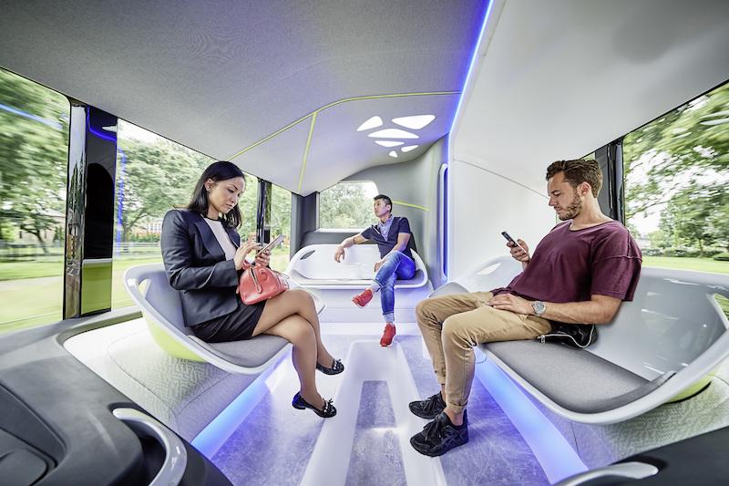 Der Mercedes-Benz Futur Bus wirkt im Innenraum eher wie eine Lounge auf Rädern.