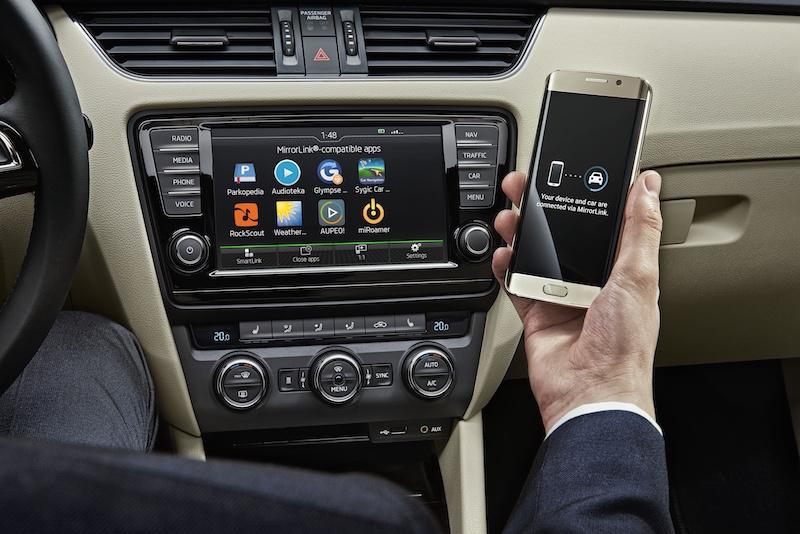 Im neuen Skoda Superb läst sich das Smartphone per SmartLink einfach mit dem Fahrzeug vernetzen.