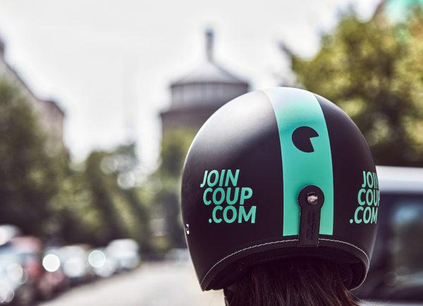 """eScooter Sharing: Den Helm zum eScooter liefert """"Joincoop"""" gleich unter dem Sitz mit. Der Bosch eScooter Sharing-Service startet zunächst mit 200 Fahrzeugen."""