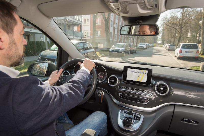 Die Zeiten nerviger Parkplatzsuche könnte bald vorbei sein. Freie Parkplätze werden per App angezeigt und per Navi angesteuert.