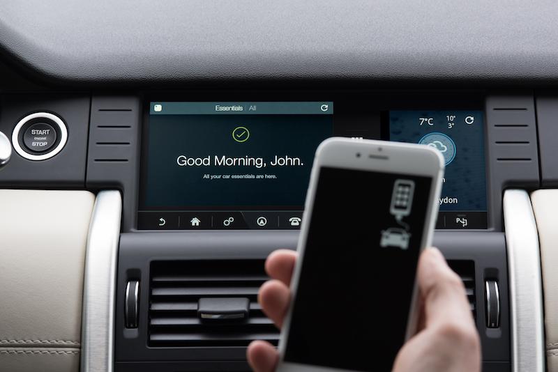 Im neuen Discoverey von Land Rover lassen sich die beien hinteren Sitzreihen per Smartphone bewegen.