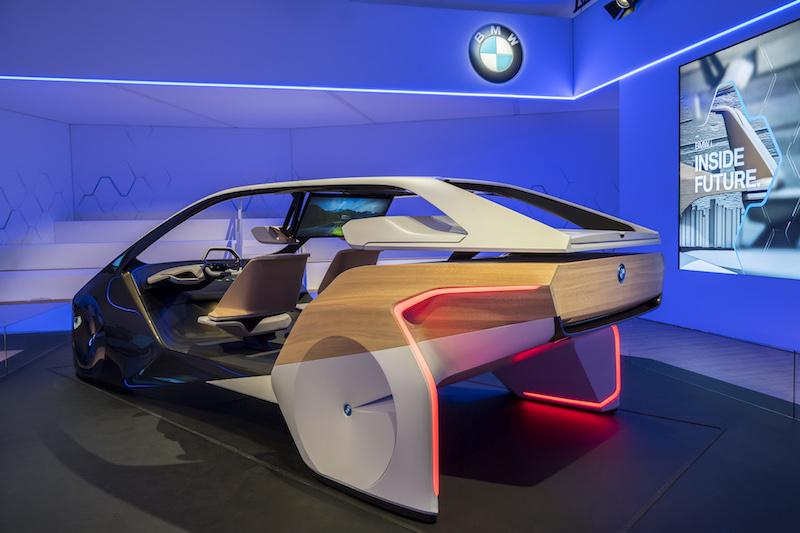 BMW CES 2017: Mit dem BMW i Inside Future zeigt BMW wie man in einigen Jahren unterwegs sein kann. Der Fokus liegt bei der Studie auf dem neuen Holo-Bedienkonzept.