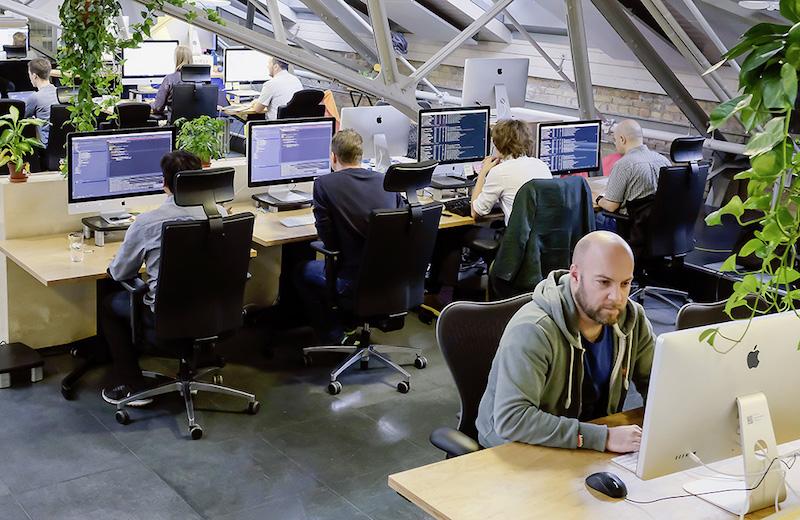 Connected Future - Einige Hersteller arbeiten bereits an weitreichenden Softwre- und Dienstleistungs-Labors. Das Foto zeigt das VW Digi Lab.