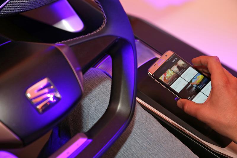 Seat Ibiza 2017: Im neuen Ibiza kann man sein Mobilphone per Induktion aufladen und über die üblichen Schnittstellen mit dem Fahrzeug verbinden.