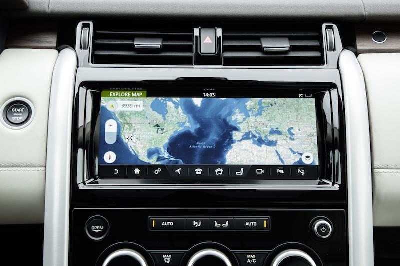 Praxistest Land Rover Discovery. der 10.2 Zoll große Monitor liefert gestoche scharfe Kamera-Bilder und arbeitet mit einem sehr schnellen Prozessor zusammen. Das hilft vor allem bei der Navigation in der Stadt.