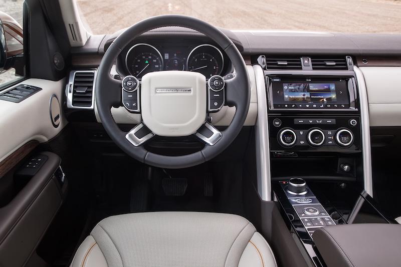 Praxistest Land Rover Discovery. Windsor-Leder, Echtholz und die Geräumigkeit eines britischen Salons. Mit dem neuen Discovery rückt Land Rover noch näher an Range Rover heran.