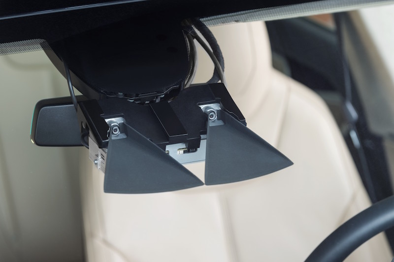 """Bosch connected - Noch sehen diese Senoren am Spiegel eines Tesla sehr technisch aus. In Zukunft wird man die """"Augen"""" des Autos nicht mehr sehen."""