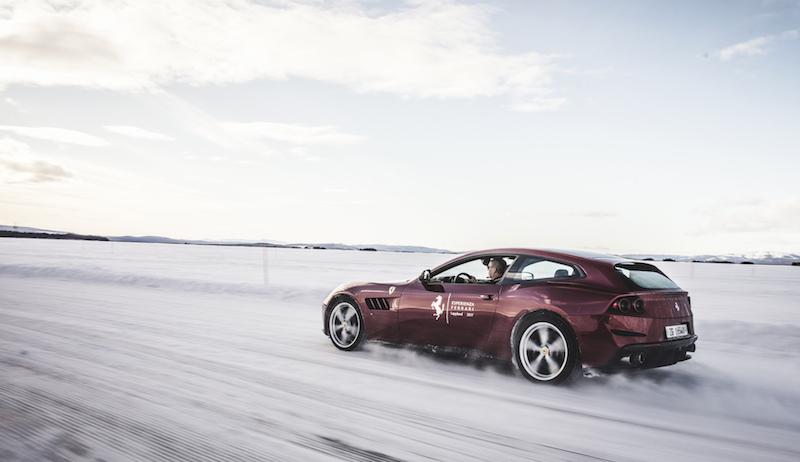 Praxistest Ferrari GTC4Lusso - Schnell ist er, präzise aus. Und an Bord arbeitet ein sehr zuverlässiges Info-Tainment-System mit zwei Monitoren und exellenter Connect-Technik.