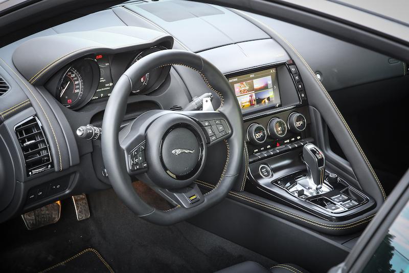 Praxistest Jaguar F-Type - Der neue F-Type ist immer noch ein Sportwagen. Im Inneren geht es enger und Fahrer-orientierter zu als in einer Limousine. Der neue Monitor in der Mittelkonsole bietet nun Touch- und Wisch-Technik.