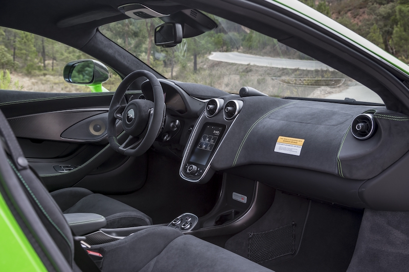 Praxistest McLaren 570S. Das Interieur ist einfach und sehr zweckmäßig. Der Monitor in der Mitte liefert alle wichtigen Daten.