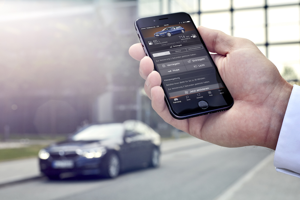 BMW Connected+: Individuelle Vernetzung. Per App für den BMW 530e kann man sich vom Fahrzeug bis zur Haustür führen lassen. Zudem kann man die Reichweite mit der Navigation verknüpfen.
