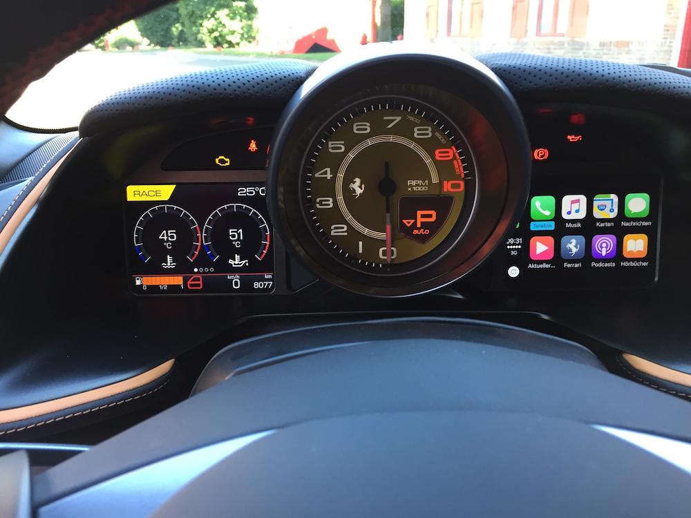 Praxistest Ferrari 812 Superfast - Die Kacheln von Appe CarpLay sind deutlich sichtbar. Bei schneller Funkverbindung läuft das System blitzschnell und sehr zuverlässig.
