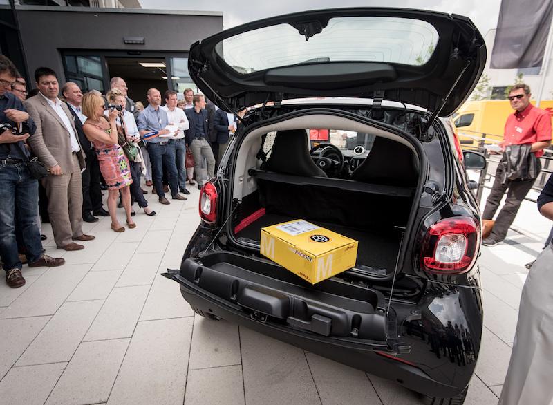 """Praxistest Smart Fortwo ED Cabrio - Mit """"ready to drop"""" müssen Paketzusteller in Zukunft nicht den Nacbbar mit Paketen belästigen."""
