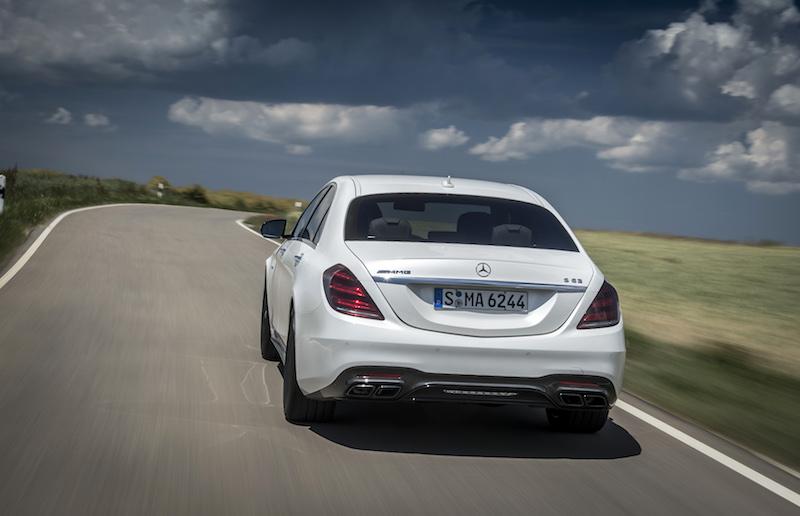 Mercedes-Benz S-Klasse: Die neue S-Klasse, auch in der AMG-Version, hat sich rein äußerlich kaum verändert. Neu sind die Rückleuchten, die nun mit drei LED-Leuchtstreifen den Unterschied zur E- und C-Klasse aufzeigen.