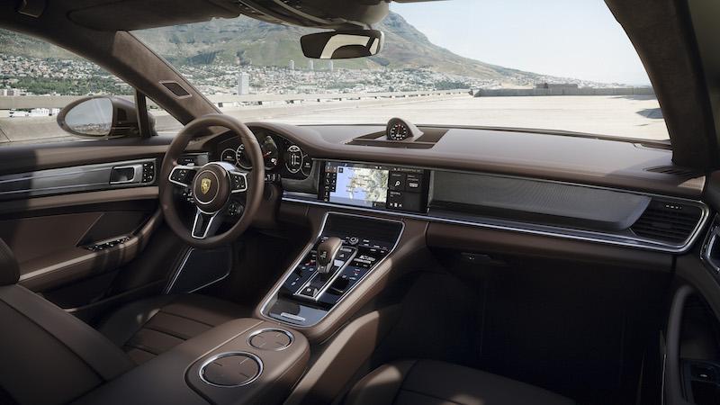 Praxistest Porsche Sport Turismo. Die Zeiten schwarzer Knöpfe und Schalter ist bei Porsche endgütlig vorbei. Sensitive Tasten, nahezu frei konfigurierbare Monitore und kinderleichte Bedienung per Sprache gehören bald zum Standard in jedem Porsche.