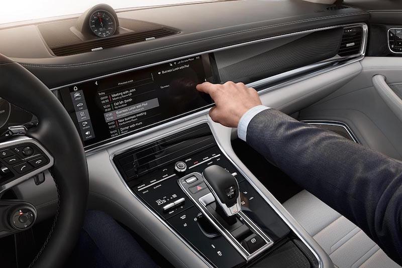Praxistest Porsche Sport Turismo. Ein Fingerzeig geügt und der Panamera mit neuem Heck ist offen für handschriftliche Eingaben.